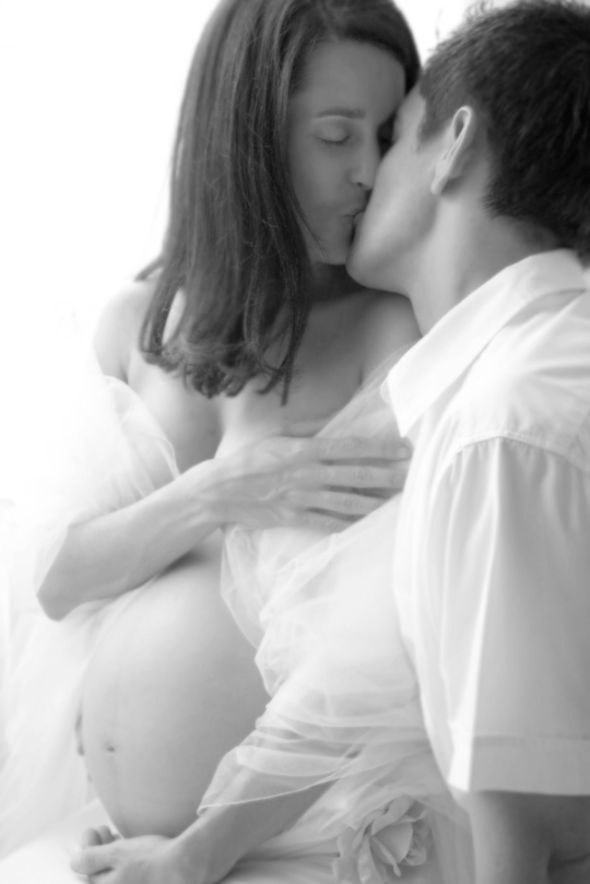 Kissing preggy shoot